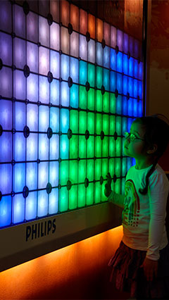 Un copil lângă Imagination Light Canvas de la Iluminat Philips
