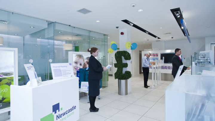 Iluminat economic cu LED la sediul Newcastle building society, asigurat de Philips